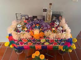 Préparation d'un autel mexicain traditionnel pour le jour des morts
