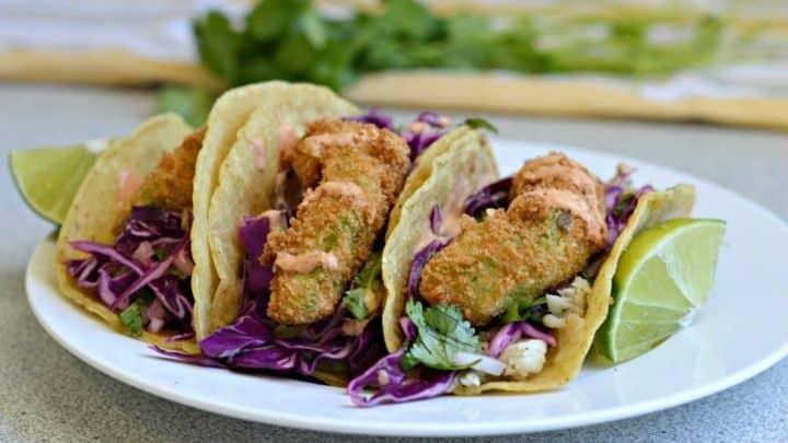 Tacos de poisson frit à l'avocat avec sauce aux chipotles