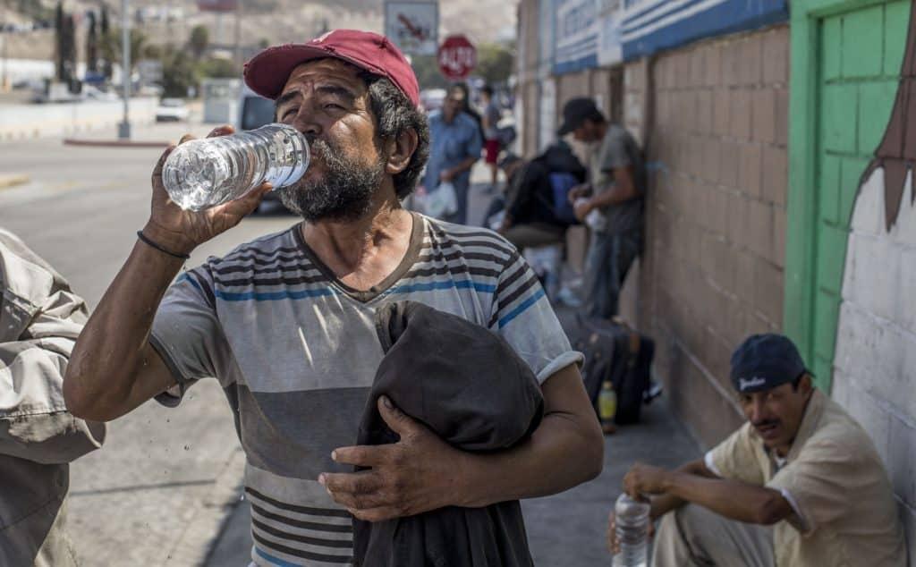 Boire de l'eau potable à Tijuana au Mexique