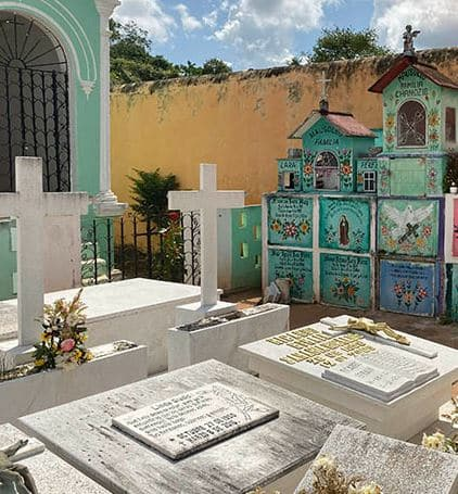 Pourquoi les cimetières mexicains sont si colorés ?